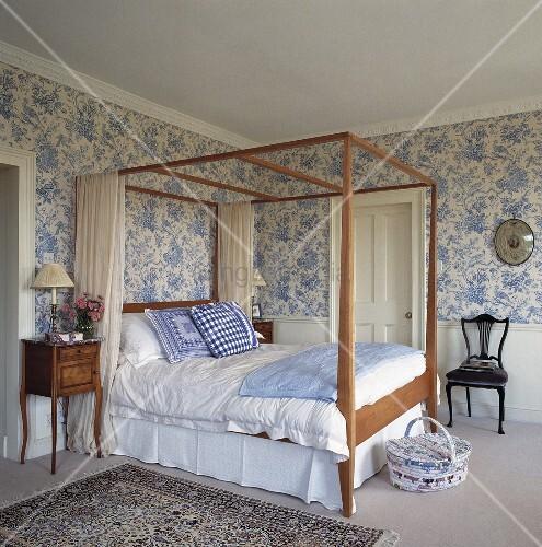 schlafzimmer mit bl mchentapete und himmelbett bild. Black Bedroom Furniture Sets. Home Design Ideas