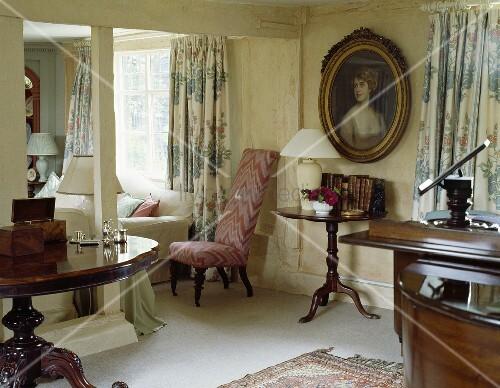 Cremefarbenes Wohnzimmer Mit Ovalem Bild In Einem Kleinen Landhaus