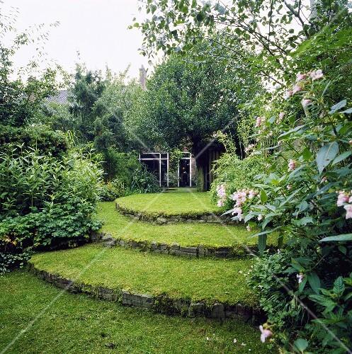 terrassenf rmig angelegter garten mit gr nfl chen bild