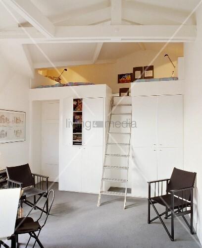 metall leiter f hrt zum schlafzimmer in der galerie bild. Black Bedroom Furniture Sets. Home Design Ideas