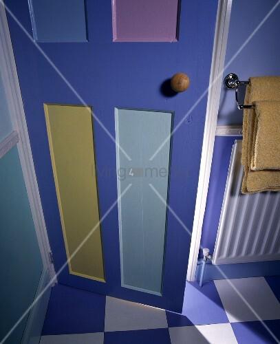 bemalte badezimmert r und schachbrettmusterboden bild. Black Bedroom Furniture Sets. Home Design Ideas