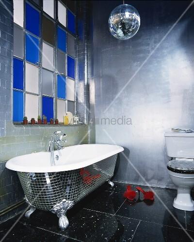 disco inspiriertes badezimmer mit freistehender badewanne bild kaufen living4media. Black Bedroom Furniture Sets. Home Design Ideas