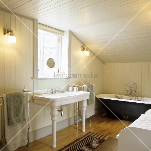 Vintage Möbel im ländlichen Bad mit weisser Holzverkleidung unter ...