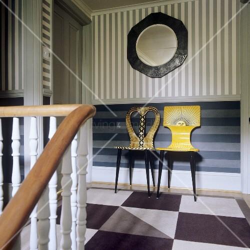 Bemalte Stühle künstlerisch bemalte stühle vor streifenwand im treppenhaus bild