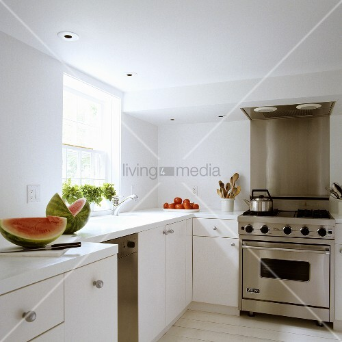 melonenst cke auf k chenarbeitsplatte und edelstahlherd mit abzug bild kaufen living4media. Black Bedroom Furniture Sets. Home Design Ideas