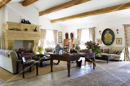 antiker schreibtisch und sofagarnitur vor kamin im. Black Bedroom Furniture Sets. Home Design Ideas