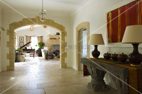 vorraum mit antik griechischem steintisch und torbogen mit. Black Bedroom Furniture Sets. Home Design Ideas