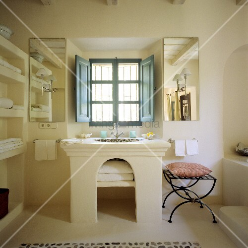 mediterraner bad gemauerter waschtisch mit rundbogen und blauem fenster mit innenseitigen. Black Bedroom Furniture Sets. Home Design Ideas