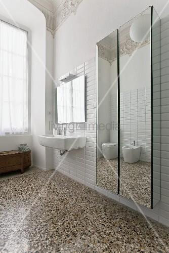terrazzoboden herrschaftliches bad mit und spiegelschranken neben waschbecken terrazzo reinigen berlin