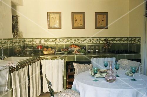 Küchenzeile Vorhang ~ landhausküche u2013 weingläser auf tisch vor küchenzeile mit