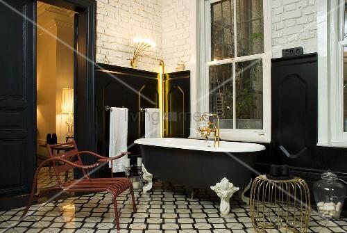 badezimmer mit schwarzer wandvert felung im stilmix. Black Bedroom Furniture Sets. Home Design Ideas