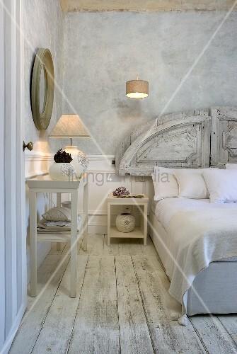 Modernes wandregal mit tischlampe auf rustikalem weissen - Schlafzimmer tischlampe ...