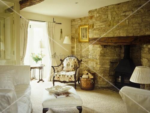 wohnzimmer mit kamin in natursteinmauer living4media. Black Bedroom Furniture Sets. Home Design Ideas