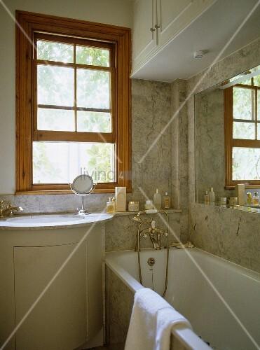 waschbecken mit unterschrank vor fenster neben badewanne. Black Bedroom Furniture Sets. Home Design Ideas