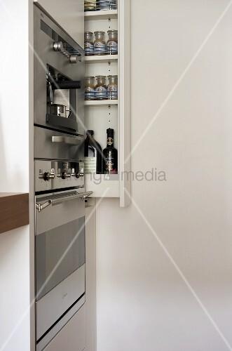 Küchengeräte im Einbauschrank und ausziehbares Gewürzregal ...