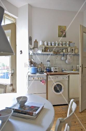 moderne k che mit k chenofen und waschmaschine bild kaufen living4media. Black Bedroom Furniture Sets. Home Design Ideas