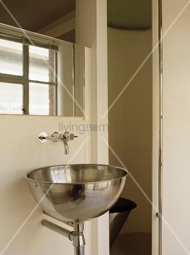 waschbecken aus edelstahl im designerstil bild kaufen living4media. Black Bedroom Furniture Sets. Home Design Ideas