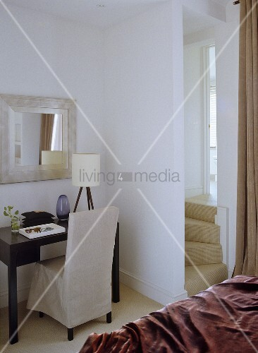hussenstuhl und antiker wandtisch mit spiegel bild. Black Bedroom Furniture Sets. Home Design Ideas