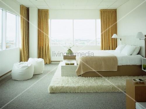 Double Bed On Raised Platform In Hotel Bedroom Bild