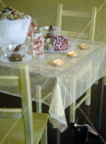 transparentes tischtuch mit festlicher dekoration auf. Black Bedroom Furniture Sets. Home Design Ideas