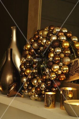 kranz aus goldenen weihnachtskugeln mit windlichtern und vasen in gl nzenden metallfarben bild. Black Bedroom Furniture Sets. Home Design Ideas