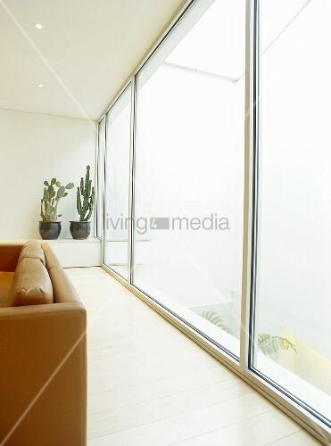 Wohnzimmer mit r ckenlehne einer ledercouch vor for Wohnzimmer ledercouch