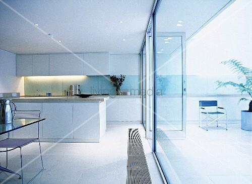 offene k che mit essbereich vor vollfl chiger glasfront bild kaufen living4media. Black Bedroom Furniture Sets. Home Design Ideas