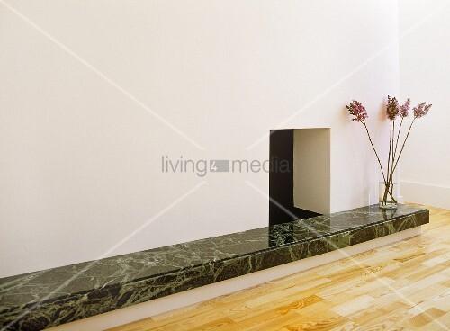 Ablage über boden mit marmorverkleidung und kamin – living4media