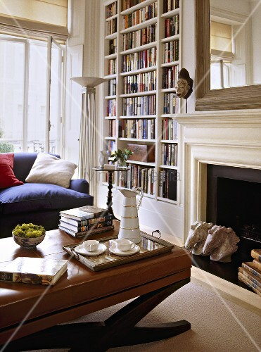 Traditionelles wohnzimmer mit gepolstertem tisch vor kamin und eingebautem b cherregal bild - Wohnzimmer mit kamin bilder ...