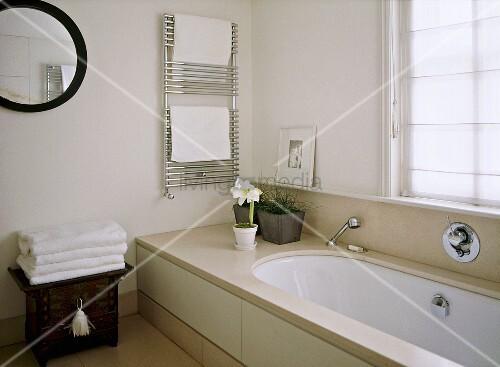 Badewanne Verfärbung Entfernen : modernes bad mit marmorverkleidung an badewanne und chrom ~ Lizthompson.info Haus und Dekorationen