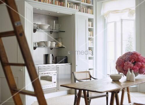moderne schrankk che im esszimmer mit holztisch und st hlen bild kaufen living4media. Black Bedroom Furniture Sets. Home Design Ideas