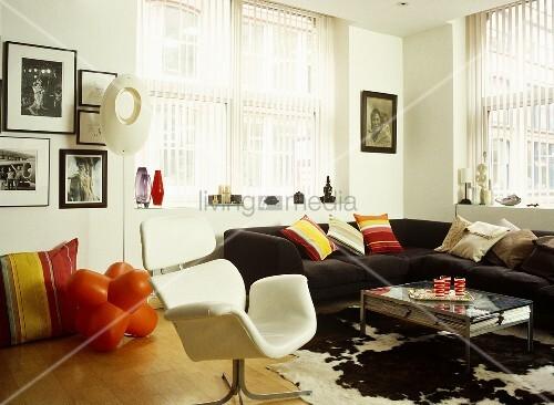 modernes wohnzimmer mit weissem sessel und schwarzem sofa. Black Bedroom Furniture Sets. Home Design Ideas