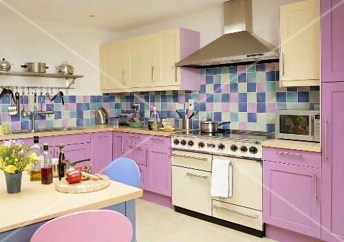 essplatz in k che mit rosa und hellgelben fronten bild kaufen living4media. Black Bedroom Furniture Sets. Home Design Ideas