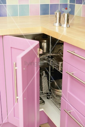 salz und pfefferm hle auf arbeitsplatte ber offenem k chendrehschrank mit rosa holzfront bild. Black Bedroom Furniture Sets. Home Design Ideas