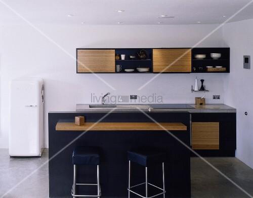 moderne offene k che mit theke und schr nken aus schwarzem korpus mit holzfront bild kaufen. Black Bedroom Furniture Sets. Home Design Ideas