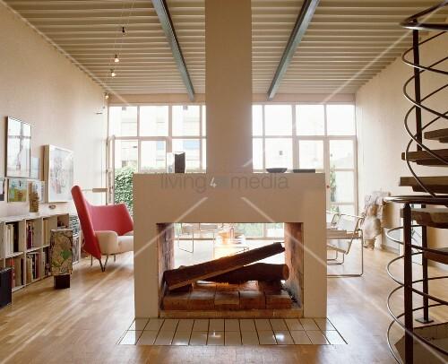 zentraler nach zwei seiten offener kamin in modernem loft wohnzimmer mit wendeltreppe und. Black Bedroom Furniture Sets. Home Design Ideas