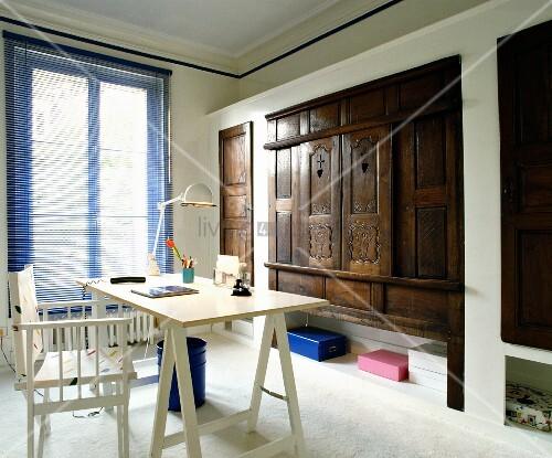blaue jalousie regiestuhl und schreibtischplatte im kontrast zu einbauschr nken mit antiken. Black Bedroom Furniture Sets. Home Design Ideas