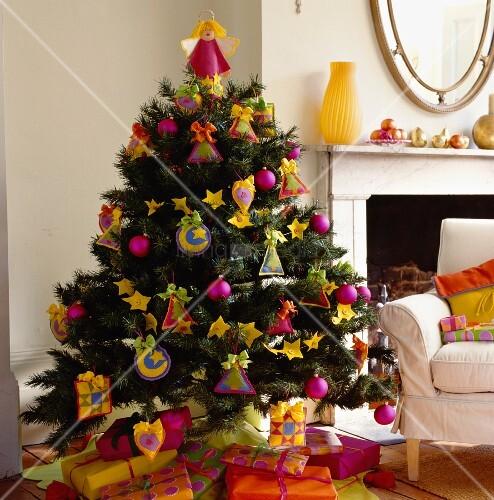 poppiger weihnachtsbaum und geschenkp ckchen in pink gelb. Black Bedroom Furniture Sets. Home Design Ideas