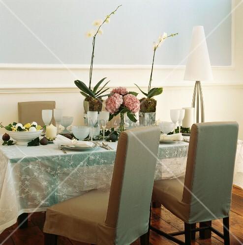 zarte farben auf festlich gedecktem tisch mit orchideen hortensien und bestickter voile decke. Black Bedroom Furniture Sets. Home Design Ideas
