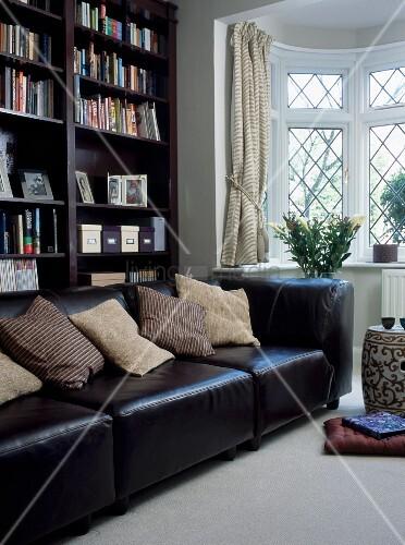 graues Sofa in U Form und gelbe Kissen
