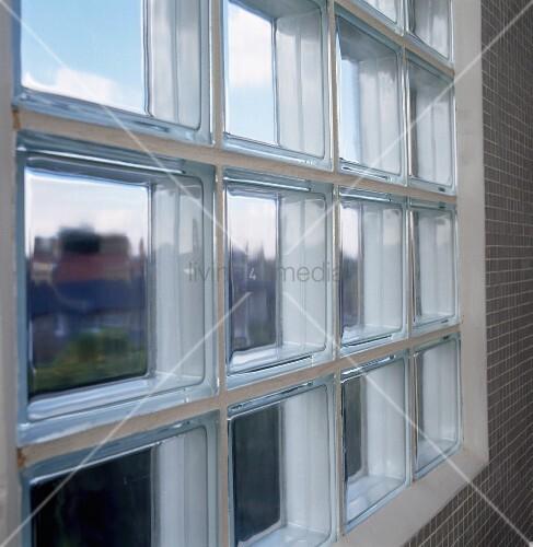 glasbaustein fenster in bad mit hellgrauen mosaikfliesen bild kaufen living4media. Black Bedroom Furniture Sets. Home Design Ideas