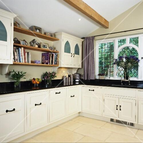 eklektische verwendung von stilelementen in k che mit weissen schr nken und schwarzer. Black Bedroom Furniture Sets. Home Design Ideas