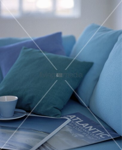 kissen zeitschriften und eine tasse auf dem sofa bild kaufen living4media. Black Bedroom Furniture Sets. Home Design Ideas