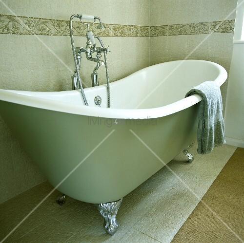 Stehende Badewanne lindgrüne stehende badewanne mit krallenfüssen und verchromter handbrause bild kaufen