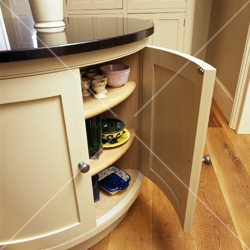 Höhe Einer Kücheninsel ~ gebogener küchenschrank mit geschirr in einer kücheninsel u2013 bild kaufen u2013 living4media