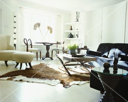 tierfell teppich auf dem weissen boden in einem wohnzimmer bild kaufen living4media. Black Bedroom Furniture Sets. Home Design Ideas