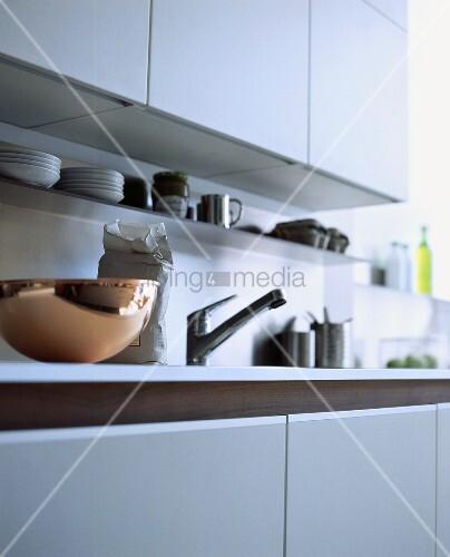 Küchenzeile Nutzungsdauer ~ weisse küchenzeile mit einer kupferschüssel u2013 bild kaufen