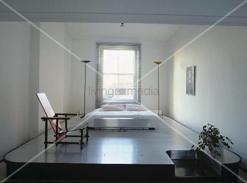 rietveld stuhl und ein doppelbett mit zwei stehlampen auf. Black Bedroom Furniture Sets. Home Design Ideas