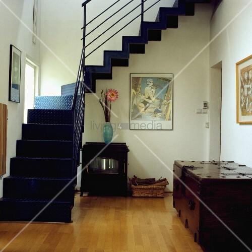 Offene schwarze metalltreppe vor seitlichem fenster in wohnraum mit holzboden und gerahmten - Schwarze fenster ...