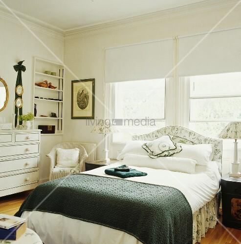gem tliches weisses landhaus schlafzimmer mit gr nen farbtupfern auf dem doppelbett vor. Black Bedroom Furniture Sets. Home Design Ideas